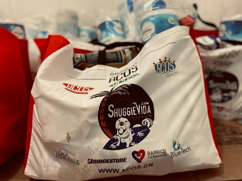 La Asociación Costas de Surf entrega más de una tonelada de comida. Imagenes: AgendaCR/Cortesía.